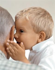 opa-en-kleinzoon-fluisteren